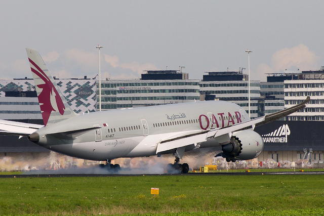 Qatar Boeing 787-8 A7-BCT par BriYYZ sous (CC BY-SA 2.0) https://www.flickr.com/photos/bribri/23104296643/ https://creativecommons.org/licenses/by-sa/2.0/