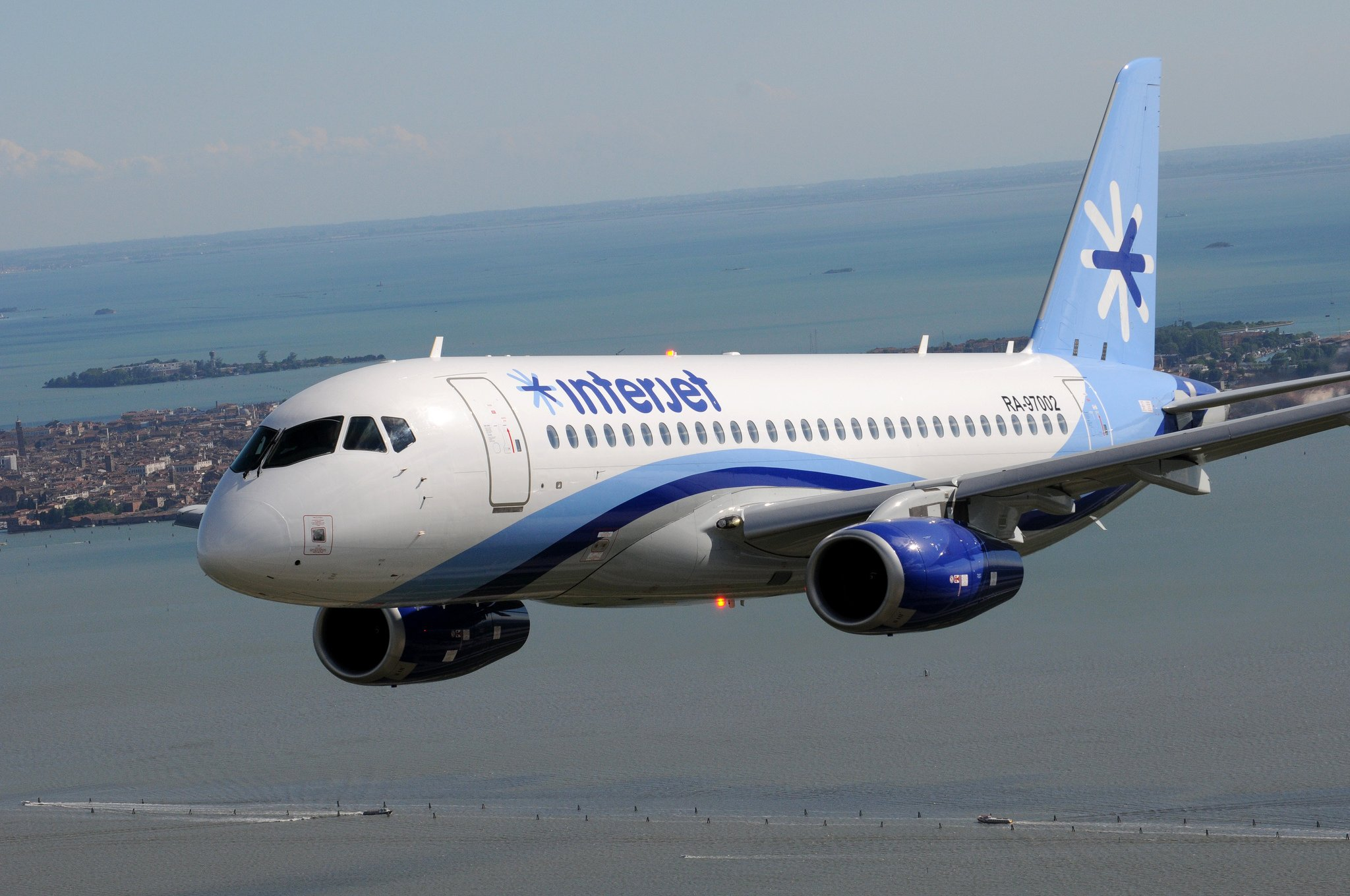 SSJ100 for Interjet par SuperJet International sous (CC BY-SA 2.0) https://www.flickr.com/photos/superjetinternational/9016198170/ https://creativecommons.org/licenses/by-sa/2.0/