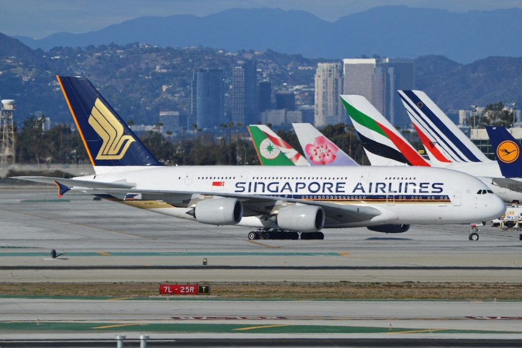 Airbus A380-841 '9V-SKH' Singapore Airlines par Alan Wilson sous (CC BY-SA 2.0) https://www.flickr.com/photos/ajw1970/14367545783/in/photolist-5LPBrK-nw21gZ-qeZNLx-p8LCkz-nGmU3j-n5ewkz-9wA37G-aX9zh6-7sdRUY-8sRoG1-eLYRop-vMnKnU-s7mPQr-2YemHG-qPoAAE-nex8Ym-5urxXq-fcEMzE-fcqurx-ea5qit-npAVSY-cMaHpm-6efCE9-ct6uH7-8wKxDz-2ZXQRt-dA1wmy-dkJLXb-7f8gkN-7RDQVr-313fFu-nYRby4-nTBqNB-bL1QwR-dZkEVu-rPQTgE-nzpZnq-nNgwBC-hGWfky-2RfBW-dRiiLU-8wNbnj-4buveR-7PJQUP-eY94Xu-4bukAt-8nPPLn-8wKgTV-o5MaRD-7MmQc1