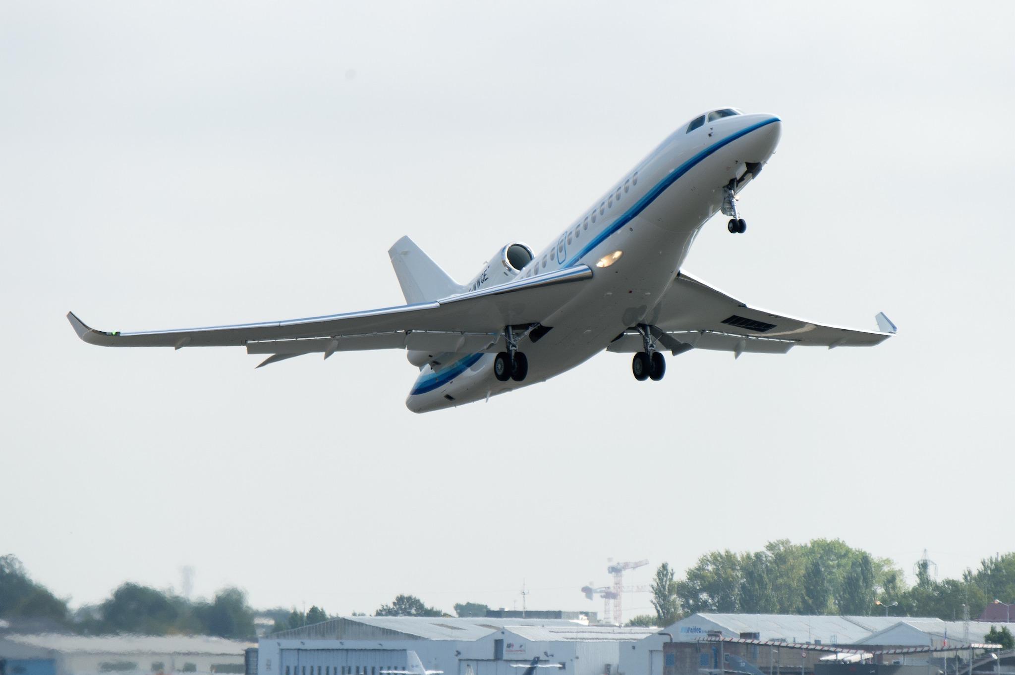 Établissement Dassault Aviation : Bordeaux-Mérignac. Livraison du 1er Falcon 8X à M. Abakar Manany, pilote et fondateur de la société Amjet Executive SA.