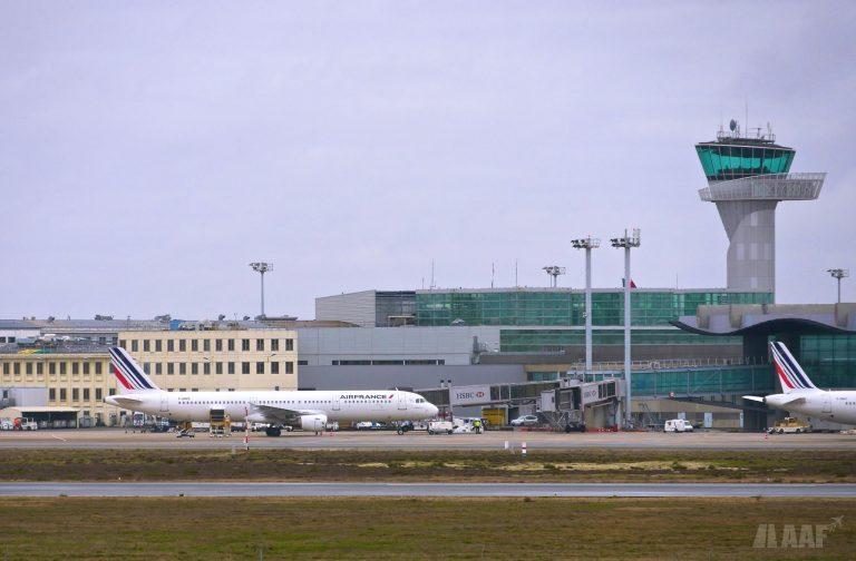 Le Hall A de l'Aéroport de Bordeaux-Mérignac avec un A321 Air France au contact