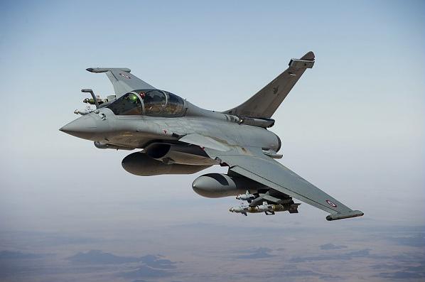 Rafale B de l'Armée de l'Air Française en opérations extérieures (Opération Serval) - Vue en vol au dessus du Mali. Equipé de la nacelle Damoclès et de GBU-12.