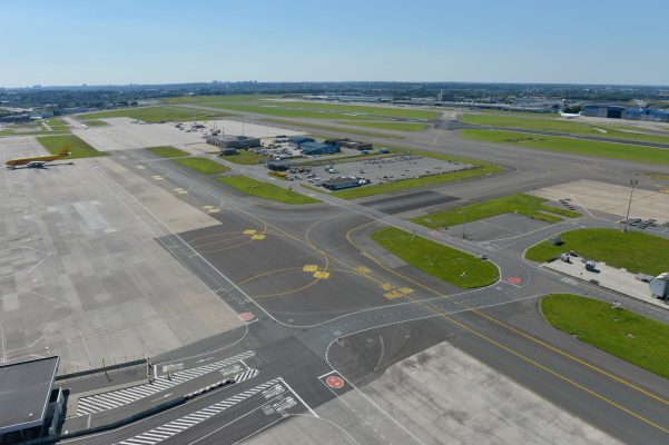 """Runways Brussels Airport (7655182494)"" by Brussels Airport from Belgium - Runways Brussels AirportUploaded by russavia. Licensed under CC BY-SA 2.0 via Wikimedia Commons."