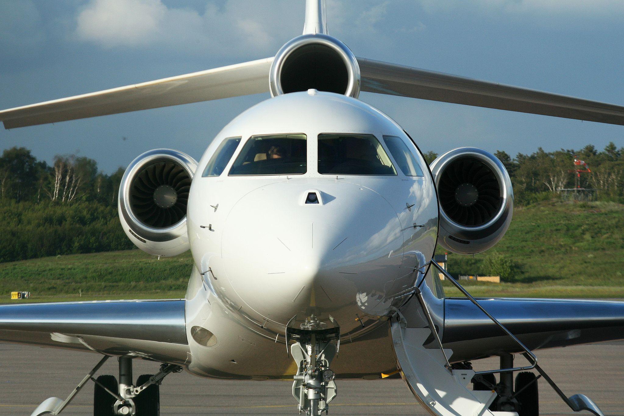 Dassault Falcon 7X 'OY-VIK' par Alan Wilson sous (CC BY-SA 2.0) - https://www.flickr.com/photos/ajw1970/7416828394/