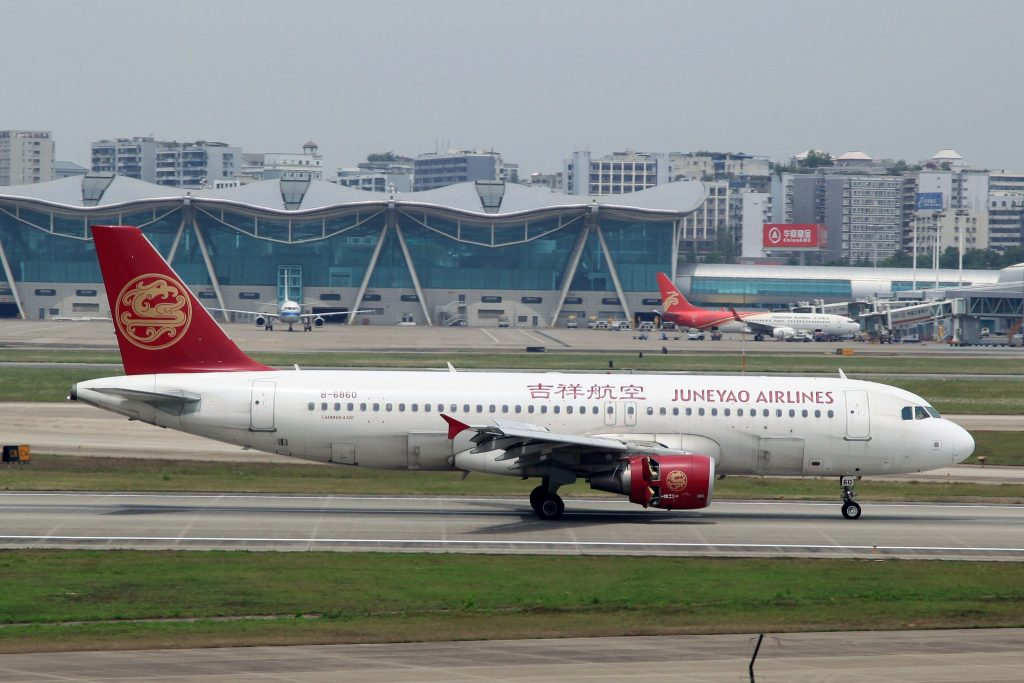 Juneyao Airlines Airbus A320-214 B-6860 par byeangel sous CC BY-SA 2.0)