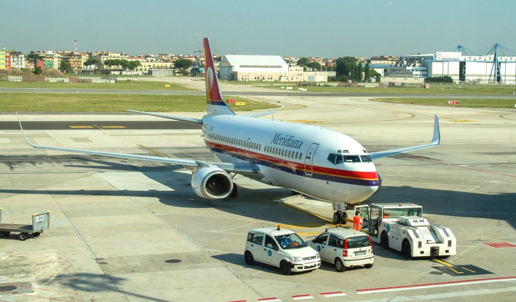 Meridiana B737 EI-IGS par Aeropixels Photography sous (CC BY 2.0) https://www.flickr.com/photos/levien66/15095173282/