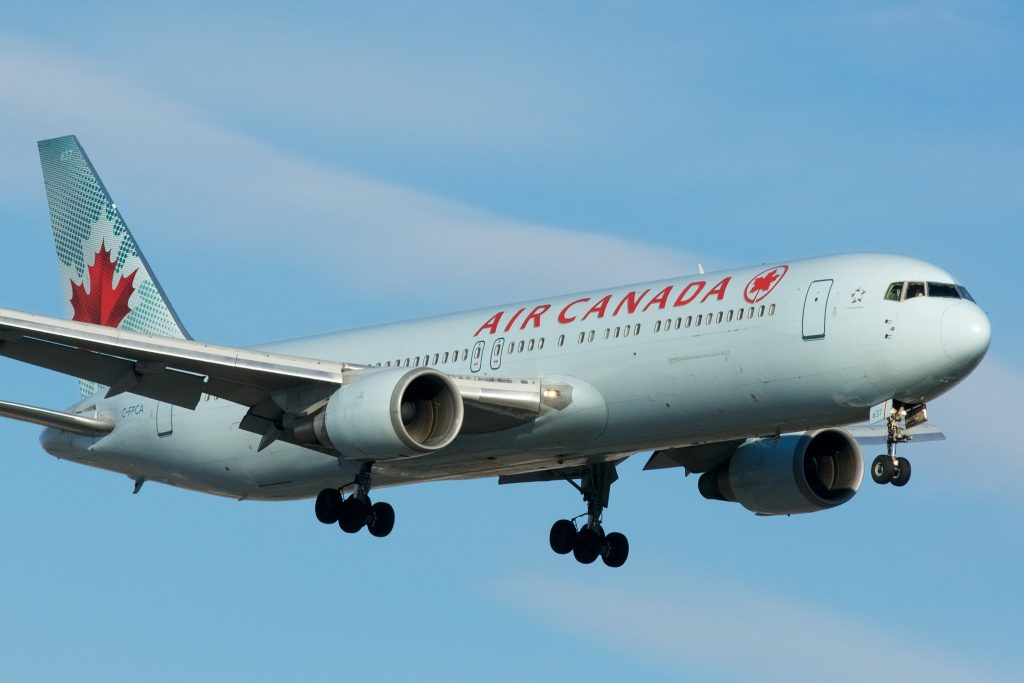 Air Canada Boeing 767-300 C-FPCA par BriYYZ sous (CC BY-SA 2.0) https://www.flickr.com/photos/bribri/23405955684/ https://creativecommons.org/licenses/by-sa/2.0/