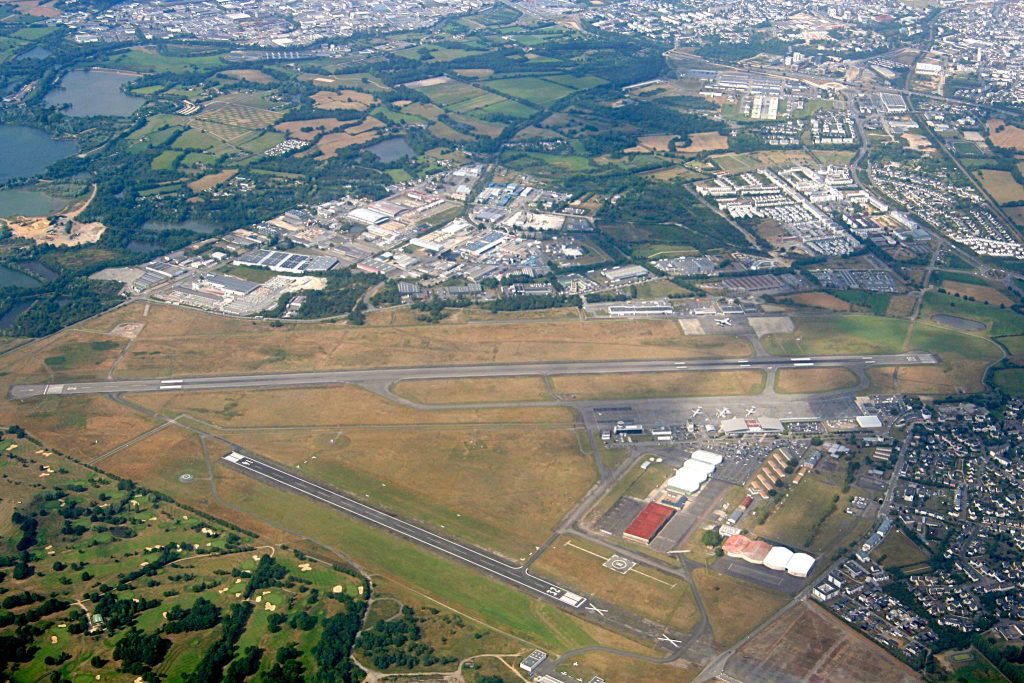 Aéroport Rennes-Saint-Jacques vu du ciel Pymouss sous (CC BY-SA 4.0) - https://commons.wikimedia.org/wiki/File:A%C3%A9roport_Rennes-Saint-Jacques_vu_du_ciel.JPG#/media/File:A%C3%A9roport_Rennes-Saint-Jacques_vu_du_ciel.JPG