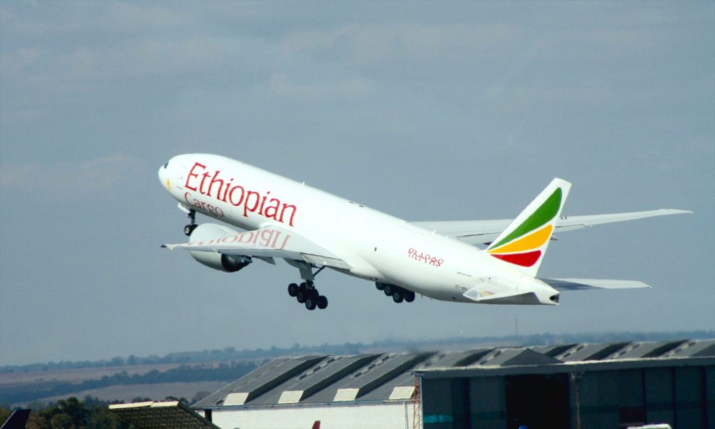 Ethiopian Airlines B777-F6N ET-APU par Bob Adams sous (CC BY-SA 2.0) https://www.flickr.com/photos/satransport/8614795375/ https://creativecommons.org/licenses/by-sa/2.0/