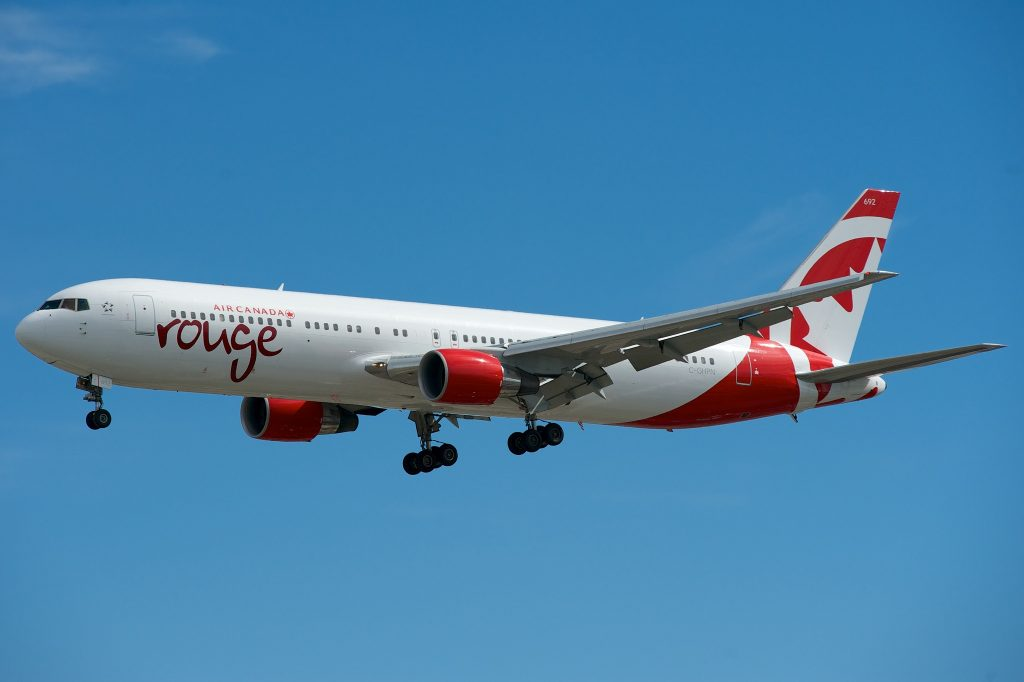 Air Canada Rouge Boeing 767-300ER C-GHPN par BriYYZ sous (CC BY-SA 2.0) https://www.flickr.com/photos/bribri/9403122522/ https://creativecommons.org/licenses/by-sa/2.0/