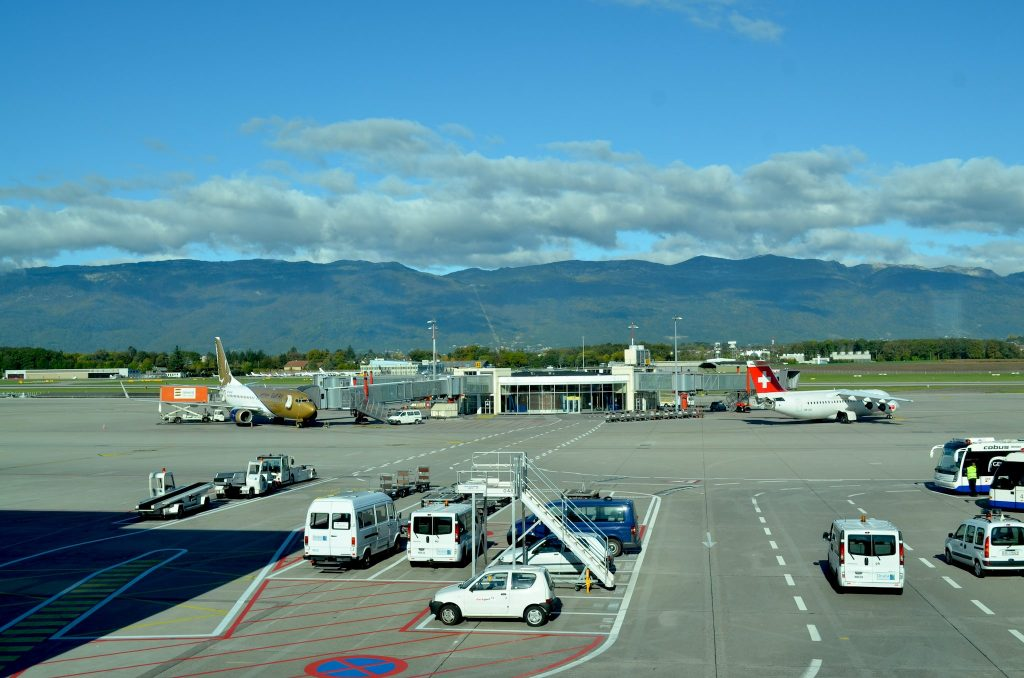 Geneva Airport apron par eGuide Travel sous (CC BY 2.0) https://www.flickr.com/photos/eguidetravel/6346015134/ https://creativecommons.org/licenses/by/2.0/