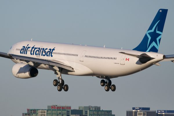 Air Transat Airbus A330 par BriYYZ sous (CC BY-SA 2.0) https://www.flickr.com/photos/bribri/6909162666/ https://creativecommons.org/licenses/by-sa/2.0/