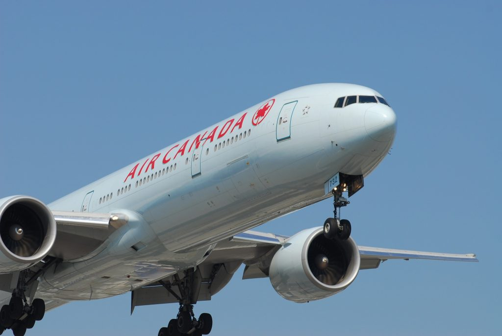 Air Canada Boeing 777-333/ER | C-FITU / 732 par Lord of the Wings© sous (CC BY-SA 2.0) https://www.flickr.com/photos/aseemsjohri/7174892079/ https://creativecommons.org/licenses/by-sa/2.0/