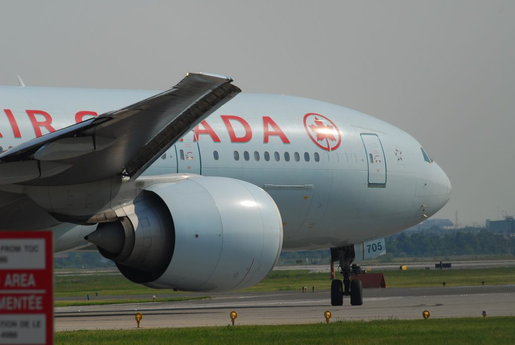 Air Canada Boeing 777-233/LR | C-FNND / 705 par Lord of the Wings© sous (CC BY-SA 2.0) https://www.flickr.com/photos/aseemsjohri/7175015141/ https://creativecommons.org/licenses/by-sa/2.0/