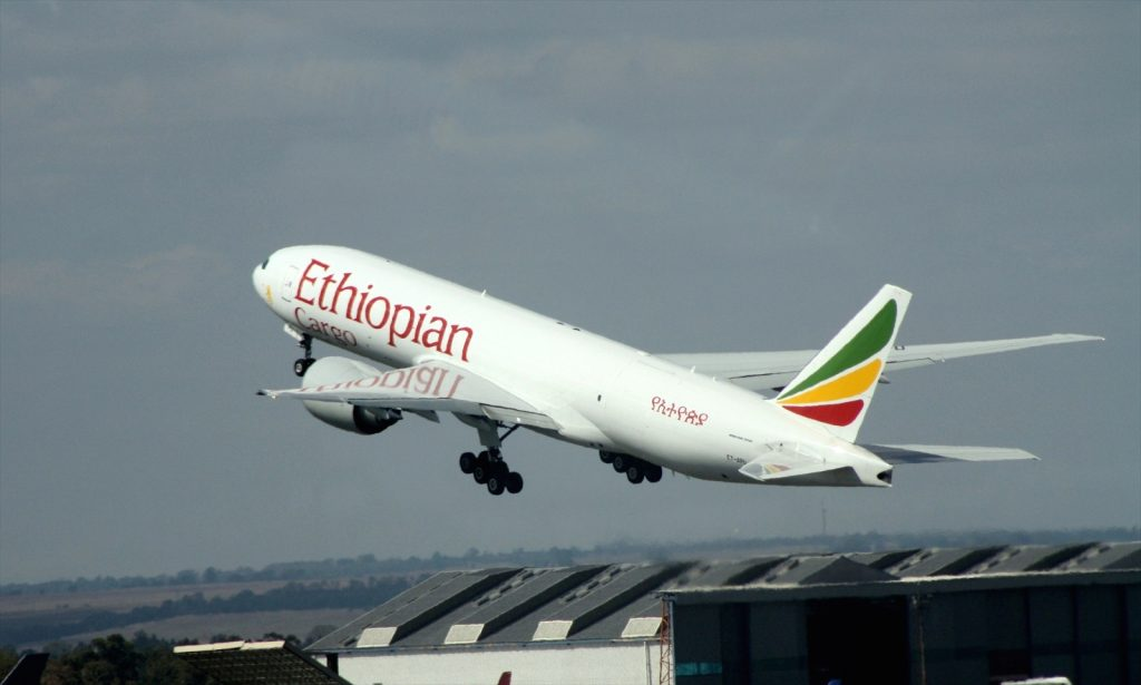 Ethiopian Airlines B777-F6N ET-APU par Bob Adams sous (CC BY-SA 2.0) - colors correction filter https://www.flickr.com/photos/satransport/8614795375/ https://creativecommons.org/licenses/by-sa/2.0/
