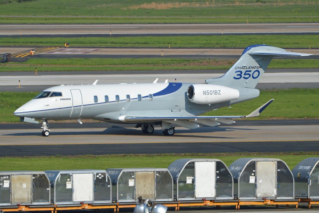 Bombardier BD100 Challenger 350 'N501BZ' par Alan Wilson sous (CC BY-SA 2.0) https://www.flickr.com/photos/ajw1970/24606742256/ https://creativecommons.org/licenses/by-sa/2.0/