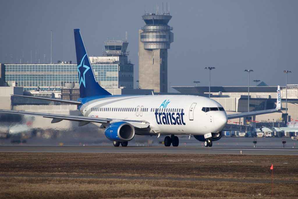 Air Transat Boeing 737-800 C-FTCX par BriYYZ sous (CC BY-SA 2.0) https://www.flickr.com/photos/bribri/26070361755/ https://creativecommons.org/licenses/by-sa/2.0/
