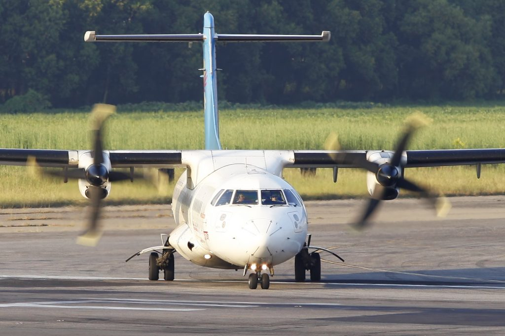 S2-AFE ATR 72-212 United Airways Lining Up for Take off - Head On par Faisal Akram sous (CC BY-SA 2.0) https://www.flickr.com/photos/faisal_akram/8613198308/ https://creativecommons.org/licenses/by-sa/2.0/