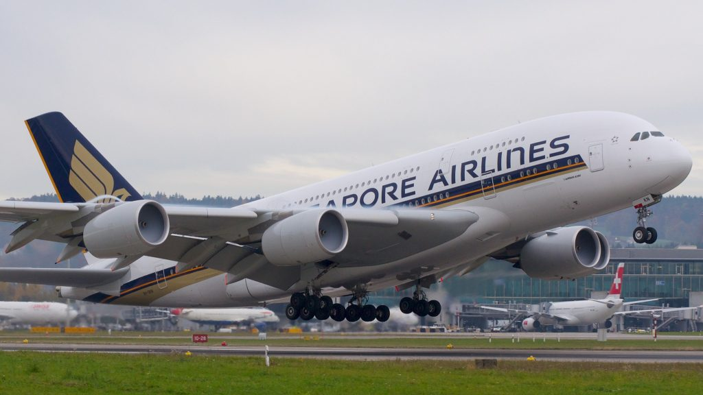 Singapore Airlines Airbus A380-800 9V-SKN par BriYYZ sous (CC BY-SA 2.0) https://www.flickr.com/photos/bribri/7721163326/ https://creativecommons.org/licenses/by-sa/2.0/