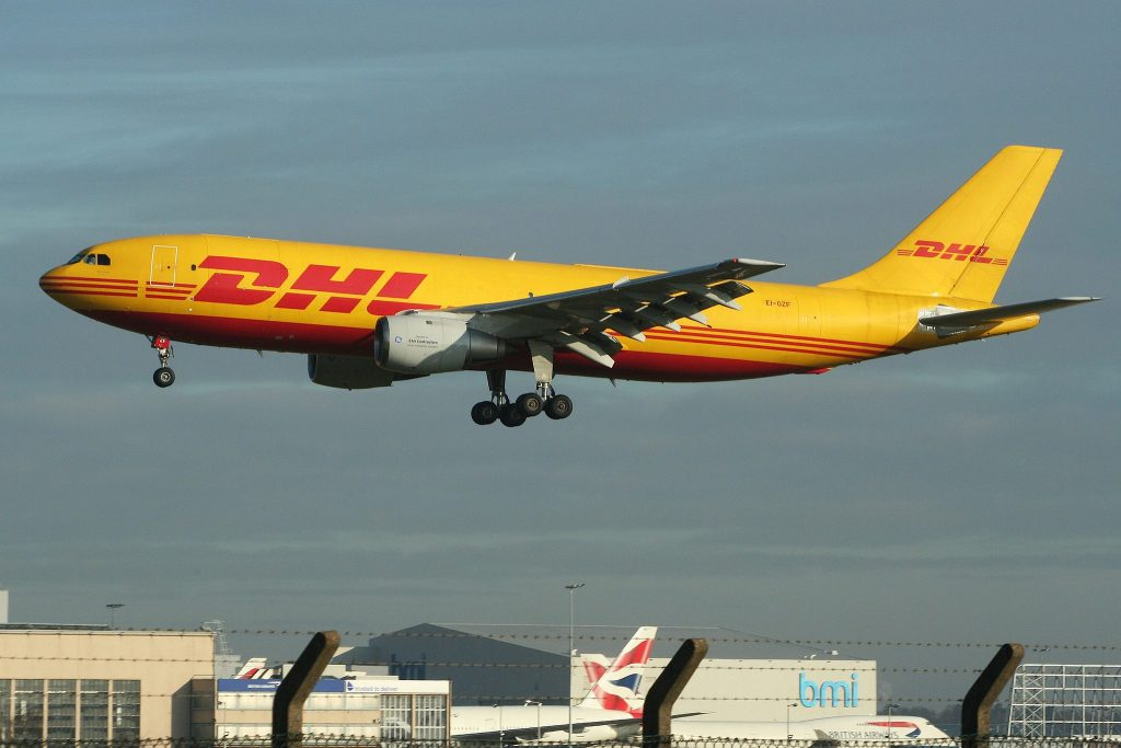 Airbus A300B4-203(F) 'EI-OZF' DHL par Alan Wilson sous (CC BY-SA 2.0) https://www.flickr.com/photos/ajw1970/6841935830/ https://creativecommons.org/licenses/by-sa/2.0/