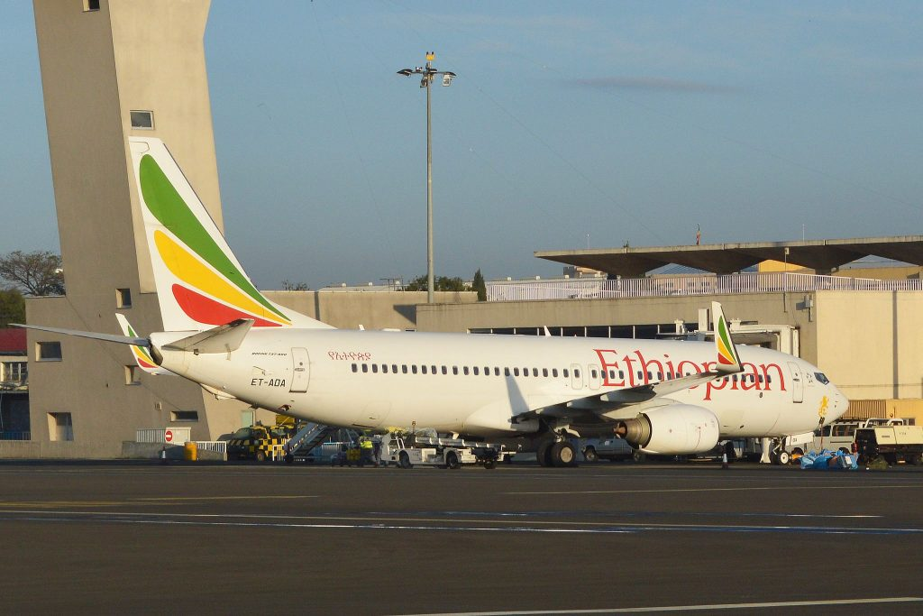 Boeing 737-8HO(w) 'ET-AOA' Ethiopian Airlines par Alan Wilson sous (CC BY-SA 2.0) https://www.flickr.com/photos/ajw1970/22052279438/ https://creativecommons.org/licenses/by-sa/2.0/