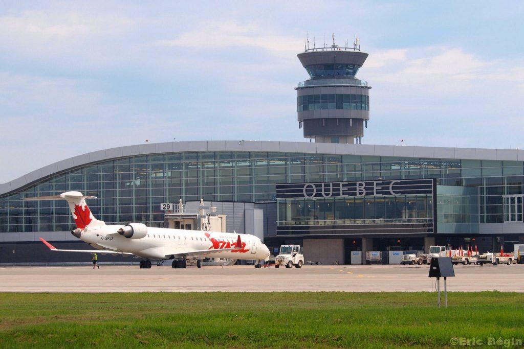 Quebec International Airport terminal par Eric Bégin sous (CC BY-NC-ND 2.0) https://www.flickr.com/photos/ericbegin/4701195385/in/photolist-57nZPS-57iNrt-2fJ1X9-8au6yf-iBkYY-8aqRr4-w3nJT-ixD8H-w3nJL-w3nJQ-ixD7v-4heGPq-iBkXG-ixD85-2fJ25w-ixD7H-ixD9b-w3nJF-8au7bN-8aqRni-iBkYe-ixD8i-8aqRsH-w3nJX-8au7As-8aqRAR-8aqS12-8aqRue-8aqRSX-ixD8s-ixD8X-ixD8B-8au7yW-8aqS6k-8au73L-8aqRki-8aqRXV-iBkYF-8aqSfe-8aqSdt-8au6Zs-iBkXx-8au6UW-iBkYp-8aqRy8-8aqRKk-8aqRG4 https://creativecommons.org/licenses/by-nc-nd/2.0/