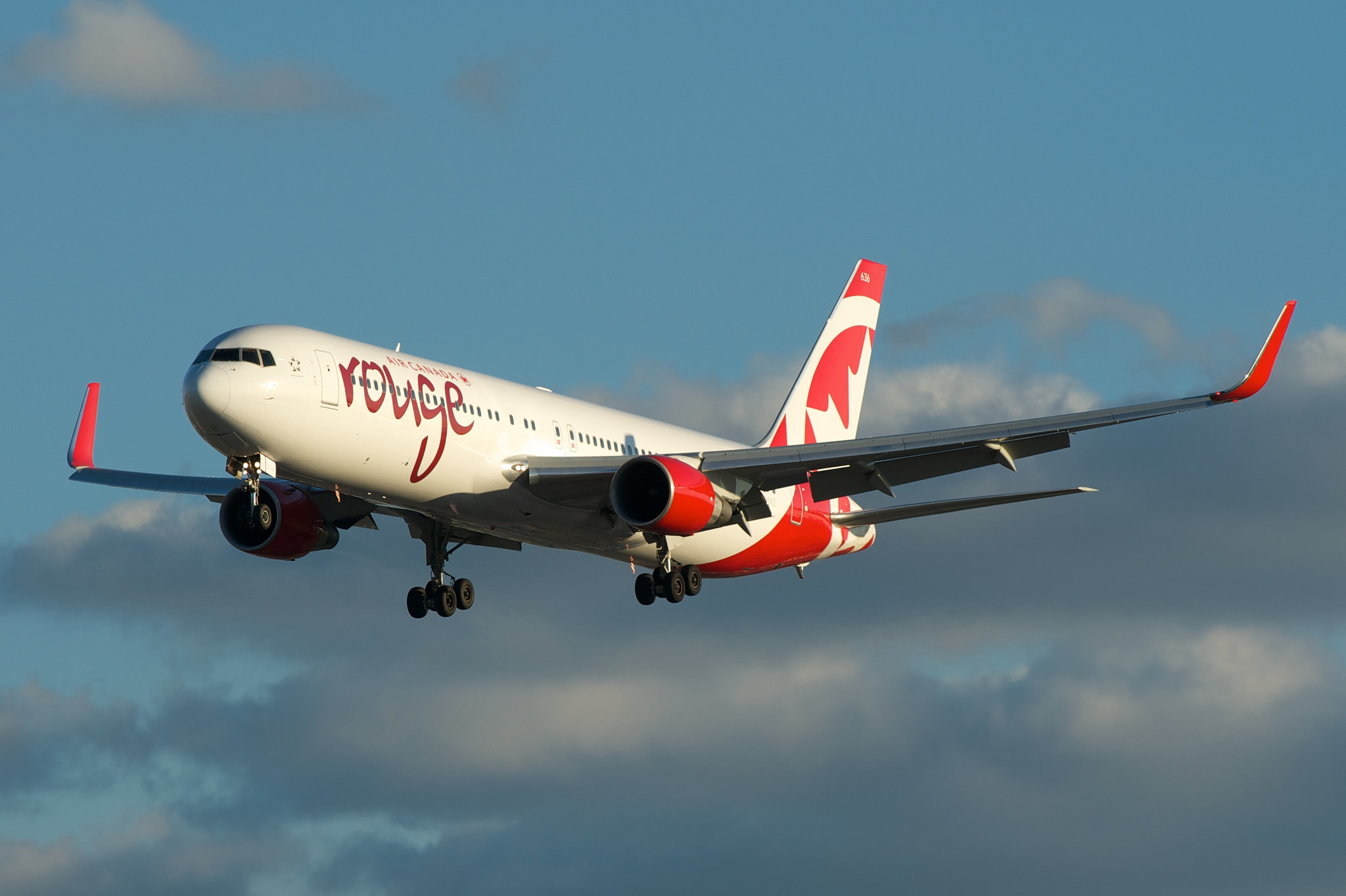 Air Canada rouge Boeing 767-300 C-FMXC par BriYYZ sous (CC BY-SA 2.0) https://www.flickr.com/photos/bribri/14430150595/ https://creativecommons.org/licenses/by-sa/2.0/