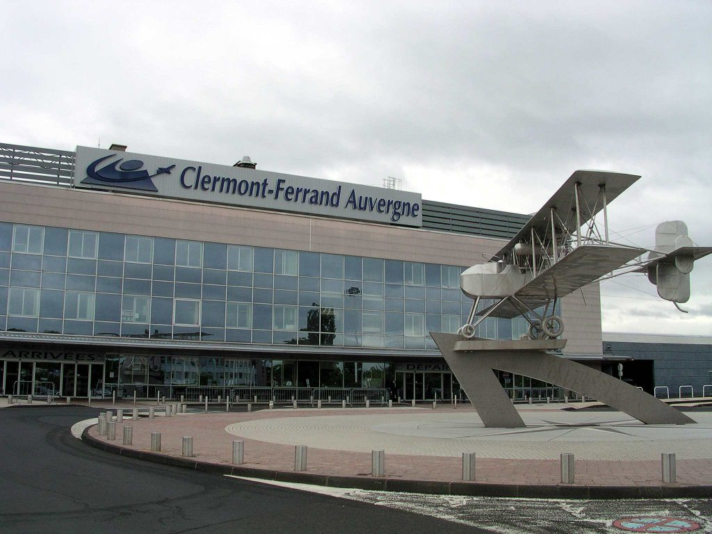 Aéroport Clermont-Ferrand Auvergne par Romary sous CC BY 2.5 https://fr.wikipedia.org/wiki/Aéroport_de_Clermont-Ferrand_Auvergne#/media/File:Clermont_auvergne2.jpg http://creativecommons.org/licenses/by/2.5/
