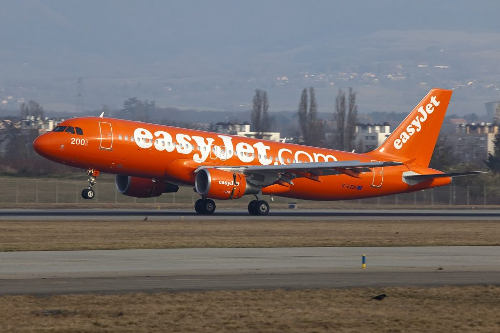 G-EZUI A320 Easyjet orange par Maarten Visser sous (CC BY-SA 2.0) https://www.flickr.com/photos/44939325@N02/6902377472/ https://creativecommons.org/licenses/by-sa/2.0/