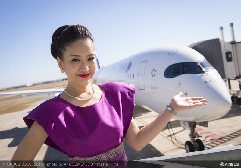 Hôtesse devant le 1er A350 Thai Airways - Airbus