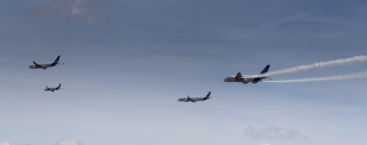 Vol en formation Airbus à Toulouse et A380 avec fumigène