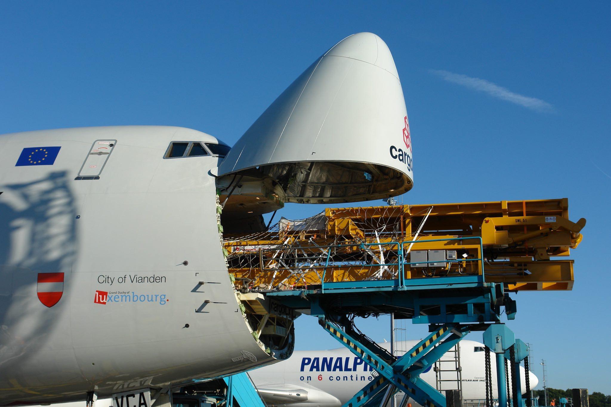 Chargement par la porte latérale d'un Boeing 747 Cargolux