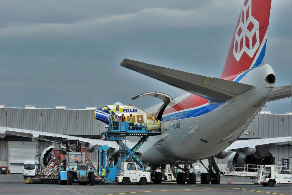Chargement hélicoptère par la porte latérale d'un Boeing 747 Cargolux