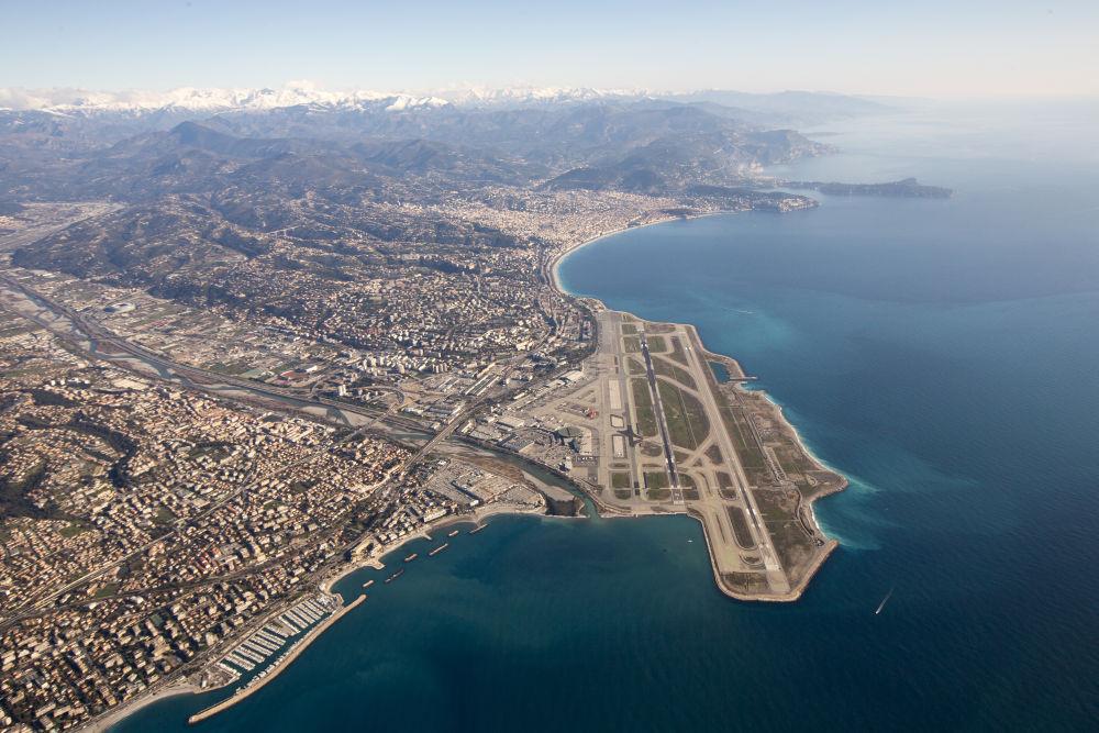 Vue aérienne de l'aéroport de Nice et de la baie des Anges