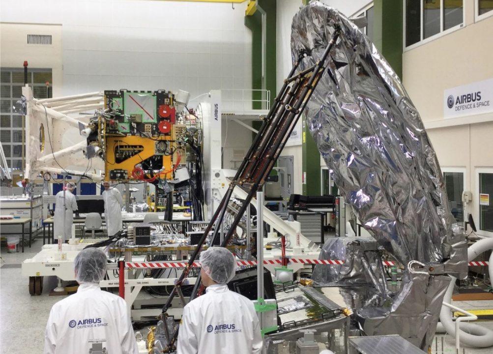 Le radar japonais de profilage des nuages (au premier plan à droite) sera intégré au satellite EarthCARE de l'ESA, actuellement développé par Airbus.