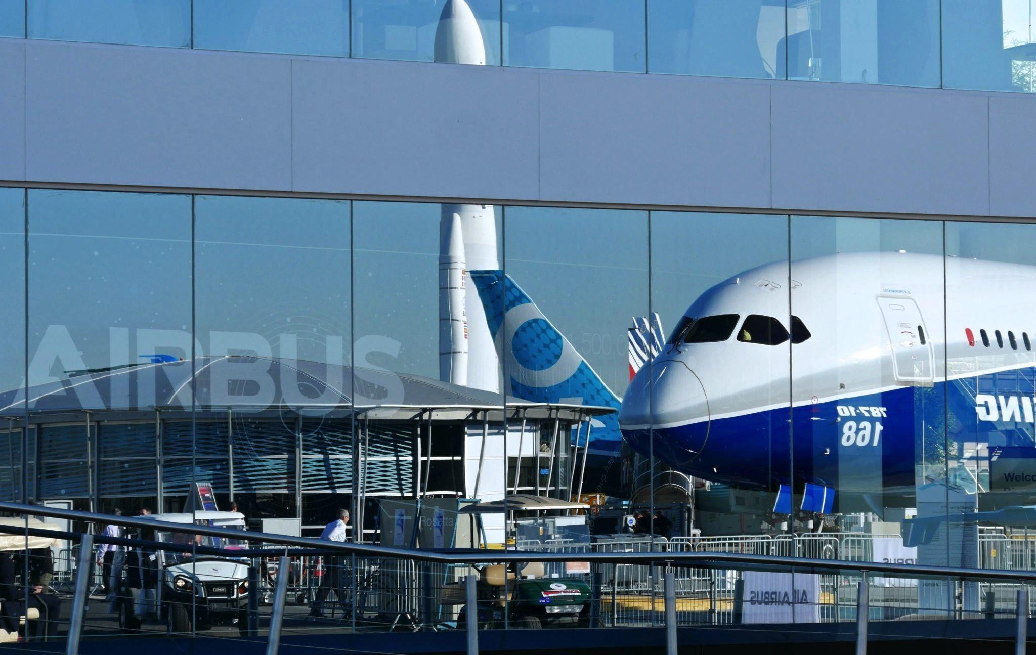 Chalet VIP Airbus et Boeing 787-100 en reflet