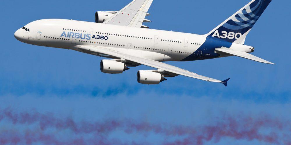 Airbus A380 dans le panache de fumée de la PAF - Le Bourget 2017