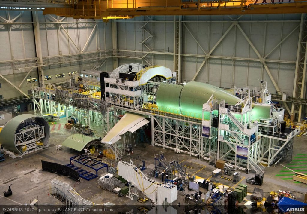le Beluga XL en cours d'assemblage avec la porte cargo en bas à gauche de la photo