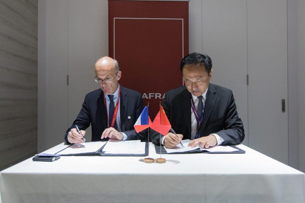 Signature entre les eux partenaires Safran Landing Systems et CAEES
