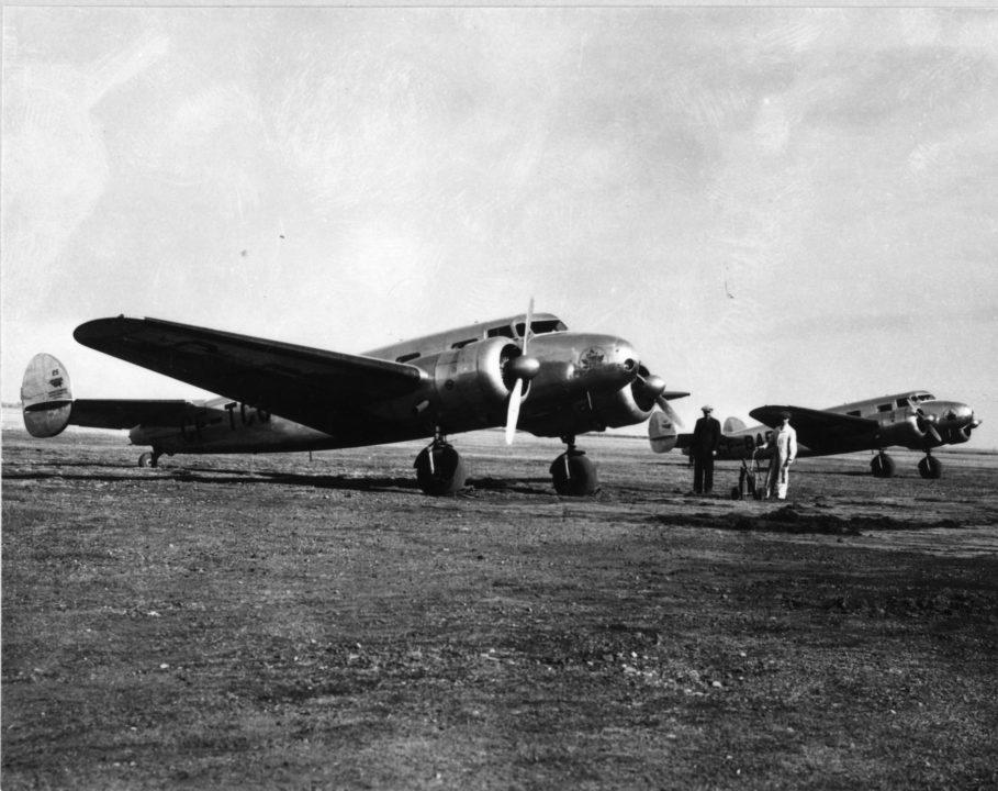 Winnipeg (Manitoba), printemps 1938 Appareils 10A de Lockheed (CF-TCC et CF-BAF) sur la piste en prévision des vols d'entraînement des pilotes à Winnipeg à l'époque où les premiers copilotes recevaient leur formation. Commandant Kelly Edmison (en habit noir) et Maurice McDevitt (en vêtements de travail), mécanicien d'aéronef en déplacement de service.