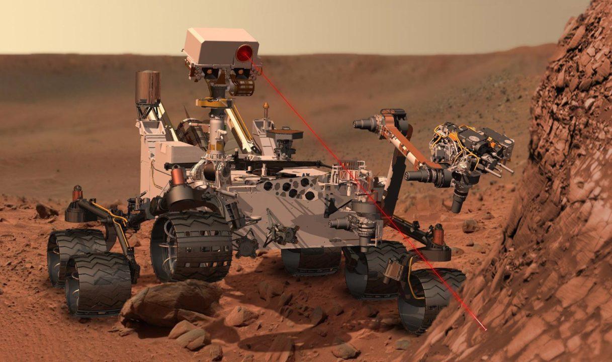 Vue d'artiste du rover Curiosity pendant un tir laser sur la surface martienne