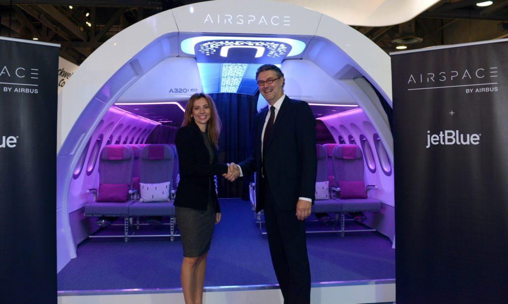 Les représentant de JetBlue et Airbus devant la maquette de cabine Airspace