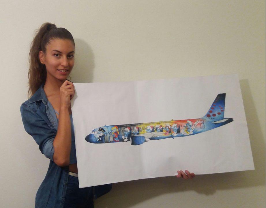 Marta Mascellani avec son dessin de l'A320 Schtroumpfs