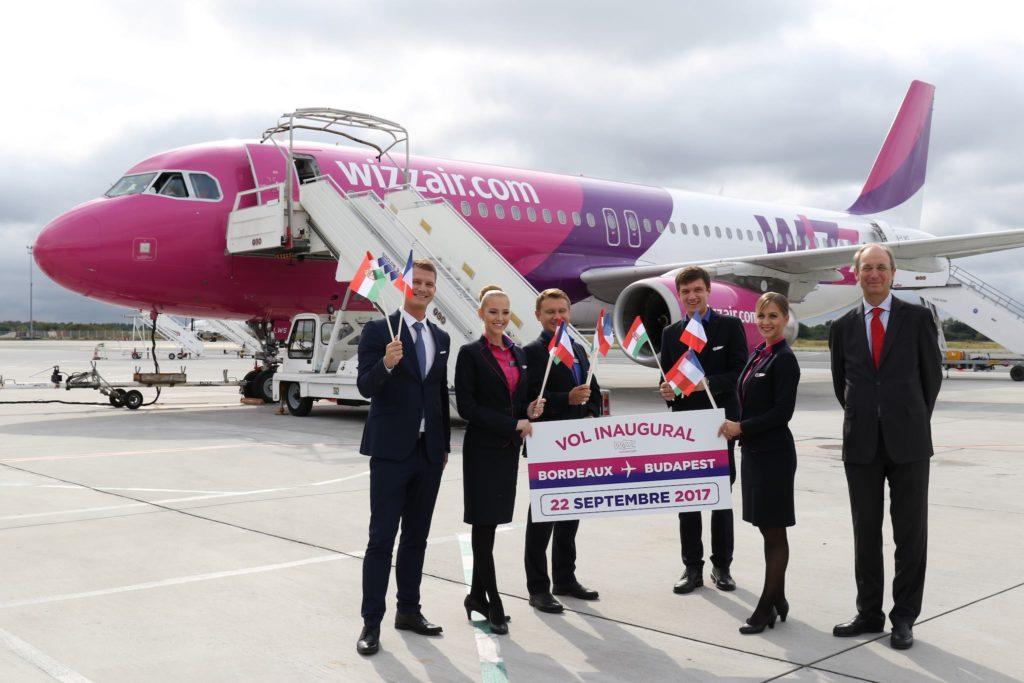 L'équipage du 1er vol aux côtés de Directeur Communication WIIZZ et du Directeur de l'Aéroport de Bordeaux