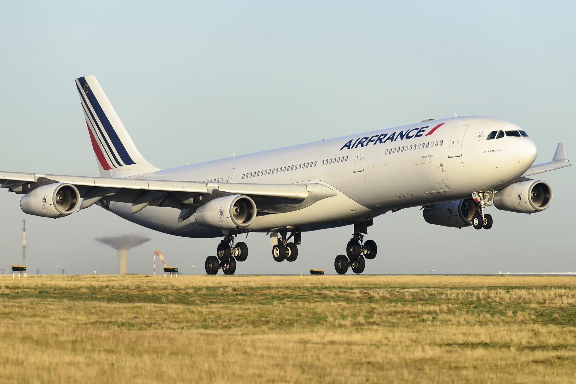 Airbus A340-300 à l'atterrissage