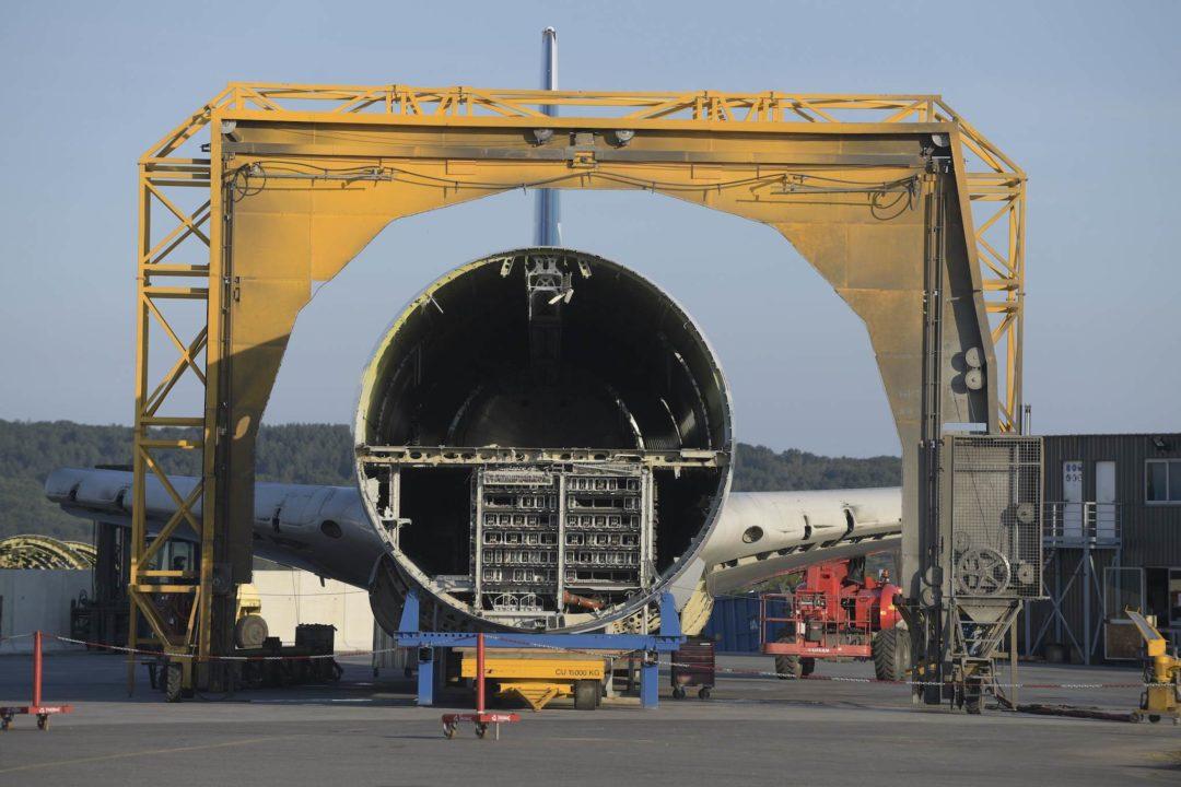 Découpe d'une carlingue d'A340 à Tarbes