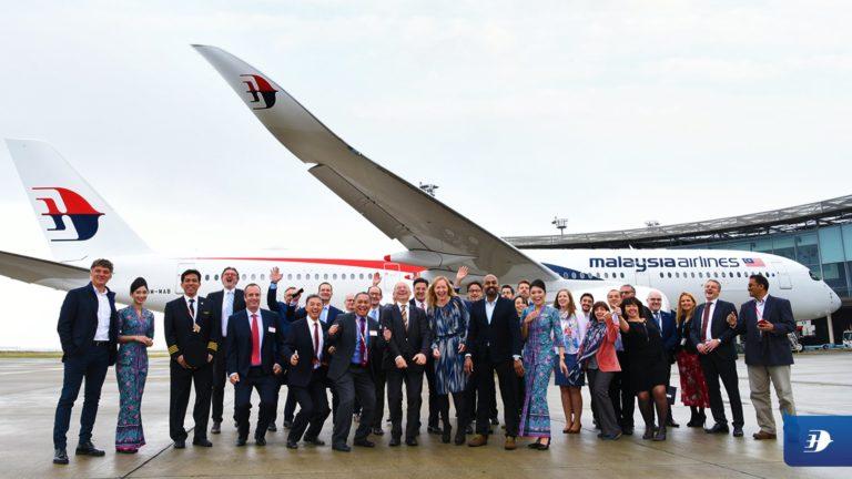 la délégation pose devant 9M-MAB son 1er A350
