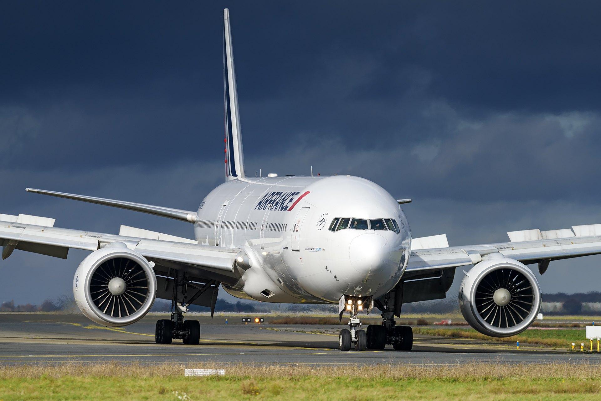 Boeing 777-200 Air France sur un ciel chargé