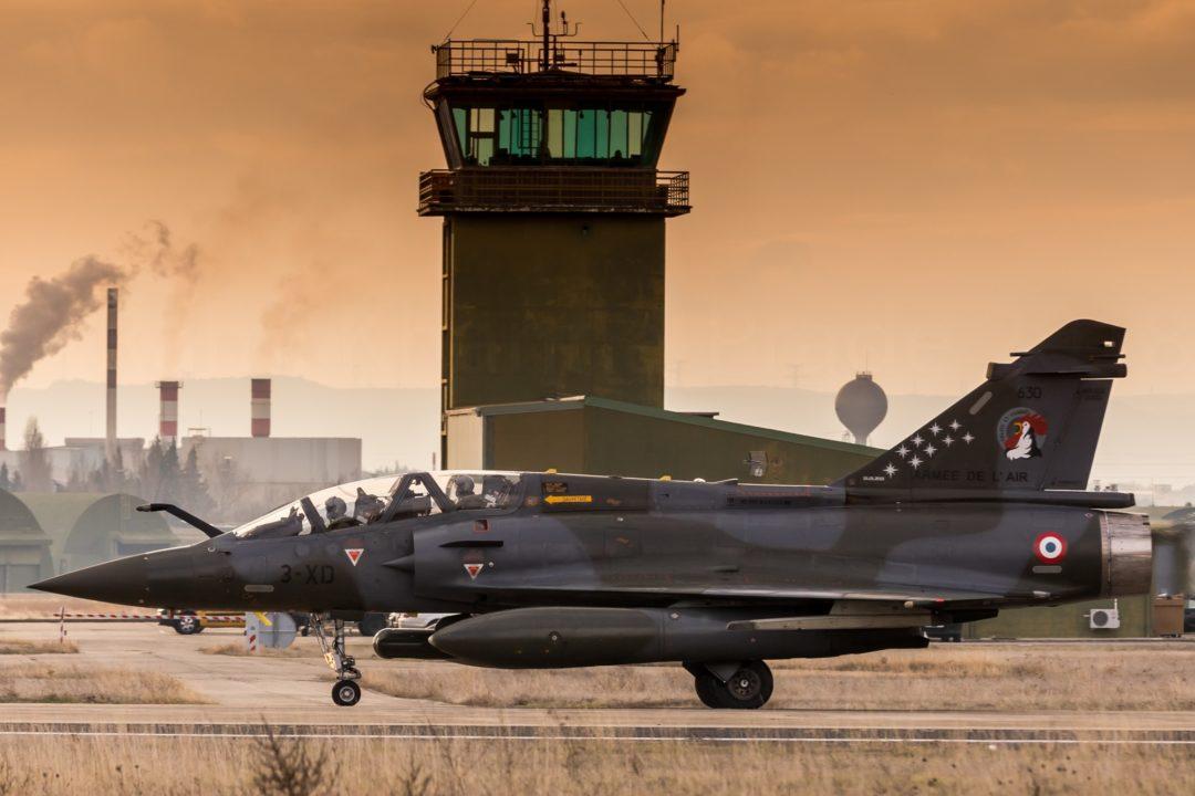 L'Escadron de transformation Mirage 2000D Argonne 4/3 base a Nancy- Ochey arborant , 9 étoiles sur la dérive en mémoire aux disparus a Alabcete en 2015 - photo sur la Base Aerienne 115 d'Orange