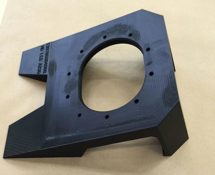 Outil imprimé en 3D utilisé pour installer le câblage dans le boîtier de l'appareil photo de l'Airbus A380, produit à l'aide de l'imprimante 3D Fortus 450mc Production de Stratasys